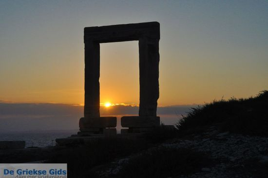 Zonsondergang achter de Portara Naxos stad